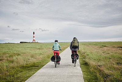 Pärchen mit Trekking-Bikes in Sankt Peter-Ording und am Westerhever Leuchtturm - p300m1416703 von Roger Richter