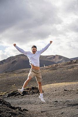 """Young tourist boy visiting """"el cuervo"""" volcano, lanzarote, spain - p300m2277633 von SERGIO NIEVAS"""