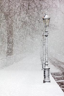 UK, England, London, Empty sidewalk during heavy snowfall - p300m2281389 by Alex Holland