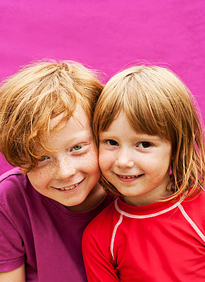 Portrait of two brothers smiling cheek to cheek - p312m672802 by Elliot Elliot