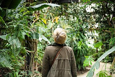 Frau im Botanischen Garten - p445m2175498 von Marie Docher