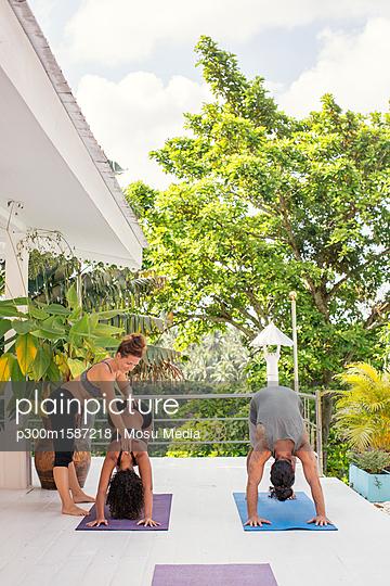 plainpicture - plainpicture p300m1587218 - Yoga instructor teaching wo... - plainpicture/Westend61/Mosu Media