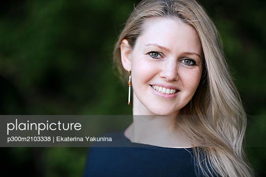 Portrait of smiling blond woman outdoors - p300m2103338 von Ekaterina Yakunina