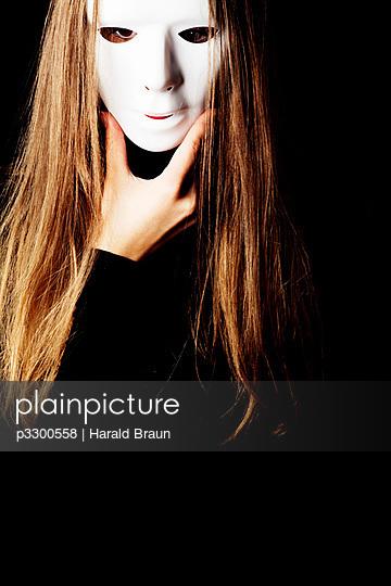 Frau mit Maske - p3300558 von Harald Braun