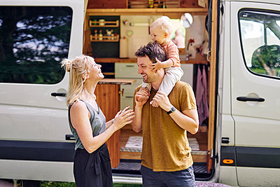 Parents with son in front of their Motor home - p1124m2229037 by Willing-Holtz