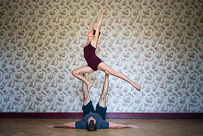 Acroyoga - p1295m2133634 by Katharina Bauer