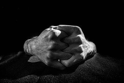 Verschränkte Hände - p1642m2222240 von V-fokuse