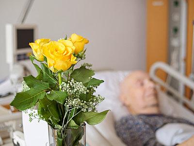 Senior man at palliative care unit - p300m1023017f by Albrecht Weisser