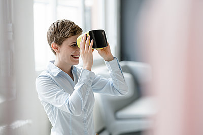 Smiling woman with VR glasses in office - p300m2140470 by Kniel Synnatzschke