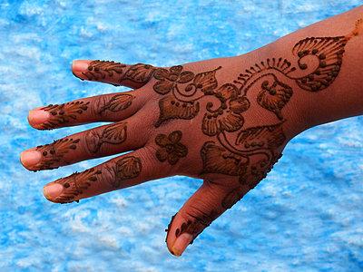 Mit Henna bemalte Hand - p338m1355498 von Marion Beckhäuser