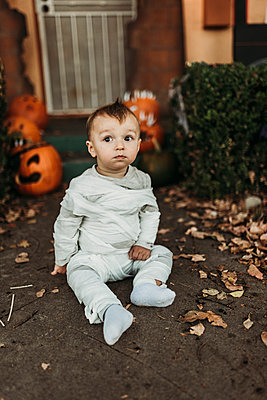 Adorable toddler boy dressed up as mummy on Halloween Trick-or-Treat - p1166m2208393 by Cavan Images
