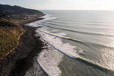 Surfen in der Brandung, Dronenfotografie, Neuseeland - p1201m2289095 von Paul Abbitt