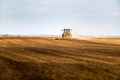 Tractor on agricultural field against sky - p300m2198770 by oticki