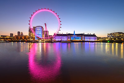 The London Eye, a ferris wheel on the South Bank of the River Thames, London, England, United Kingdom, Europe - p871m2209256 by Ed Rhodes