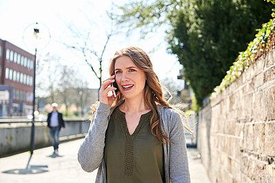 Frau telefoniert mit dem Smartphone - p890m1440005 von Mielek