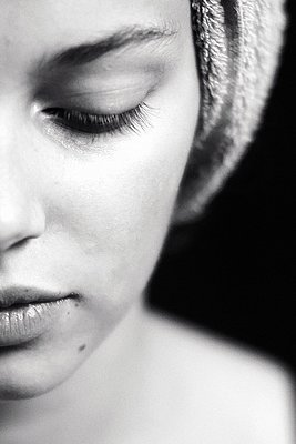 close up of young woman with hair in towel - p896m1479417 by Richard Brocken