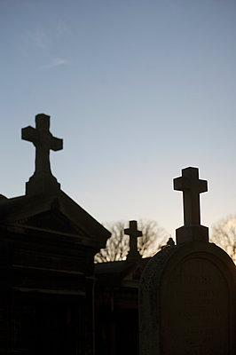 Tombstones - Pere Lachaise Cemetery, Paris - p1028m1510585 von Jean Marmeisse