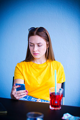 Young woman sitting in the café - p1149m1592158 by Yvonne Röder