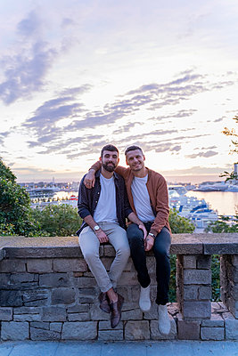 Portrait of gay couple on lookout above the city with view to the port, Barcelona, Spain - p300m2155126 by VITTA GALLERY