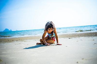 Mädchen spielt am Strand - p680m1515293 von Stella Mai