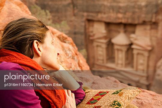 Frau liegt auf einem Felsen, Khazne al-Firaun im Hintergrund, Petra, Jordanien, Naher Osten - p1316m1160734 von Hermann Erber