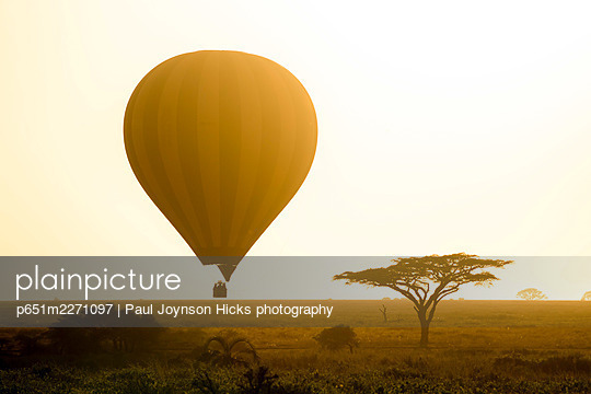 Hot air balloon safari, Serengeti Balloon Safaris, Serengeti National Park, Tanzania, Africa - p651m2271097 by Paul Joynson Hicks photography