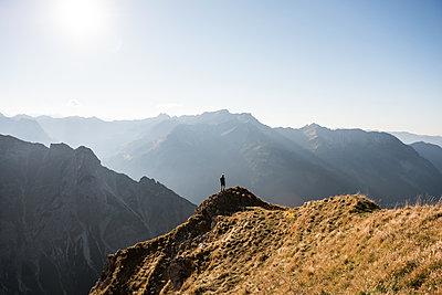 Wanderer in Bergkulisse - p1142m2056561 von Frithjof Kjer