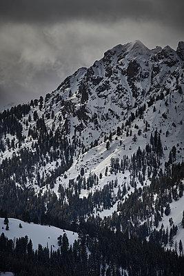 Snow-covered mountain range, Idaho, USA - p706m2158449 by Markus Tollhopf
