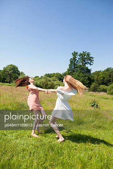 Verspielte Freundinnen - p045m1169613 von Jasmin Sander
