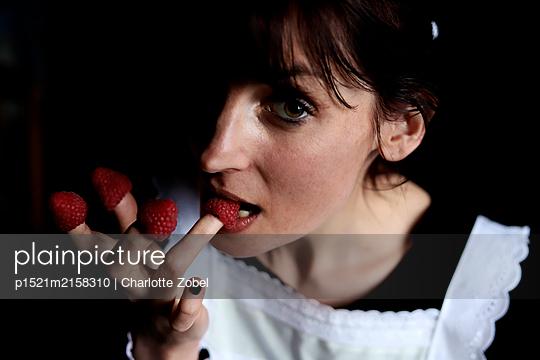 Woman eating raspberries - p1521m2158310 by Charlotte Zobel