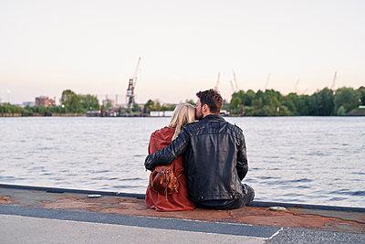Glückliches Paar direkt am Wasser - p1124m2052976 von Willing-Holtz