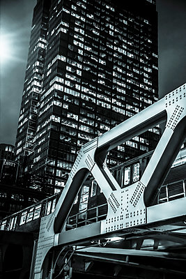 'L' train railway bridge and skyscraper in downtown Chicago - p1170m2145239 by Bjanka Kadic