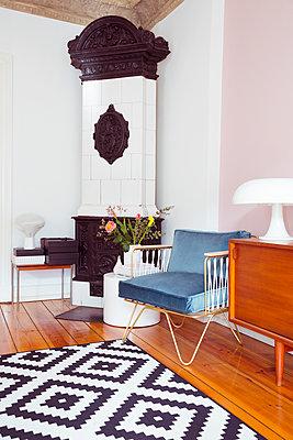 Wohnzimmer mit Kamin - p432m1362750 von mia takahara