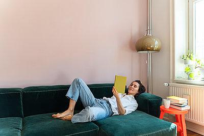 Frau liest entspannt ein Buch - p432m2175459 von mia takahara