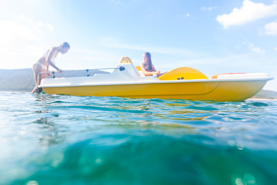 Mädchen in einem Boot - p713m2087655 von Florian Kresse