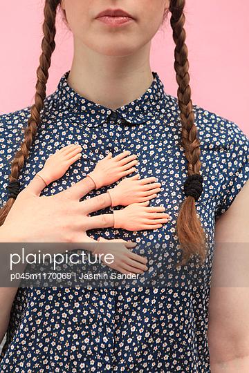 Hände auf Hand - p045m1170069 von Jasmin Sander