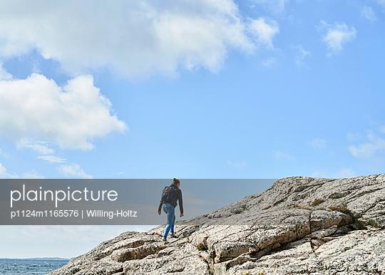 Frau wandert auf Felsen - p1124m1165576 von Willing-Holtz