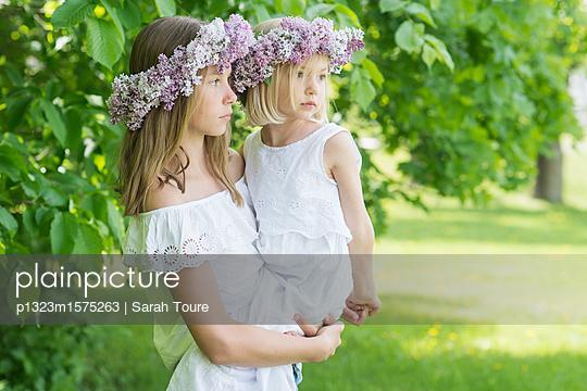 portrait of two girls with floral wreaths  - p1323m1575263 von Sarah Toure
