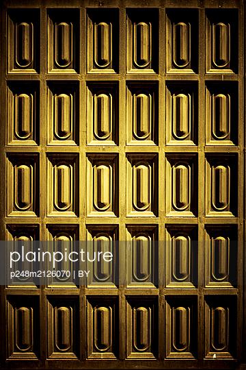 Antike Holztür mit Kassettenornament - p248m2126070 von BY