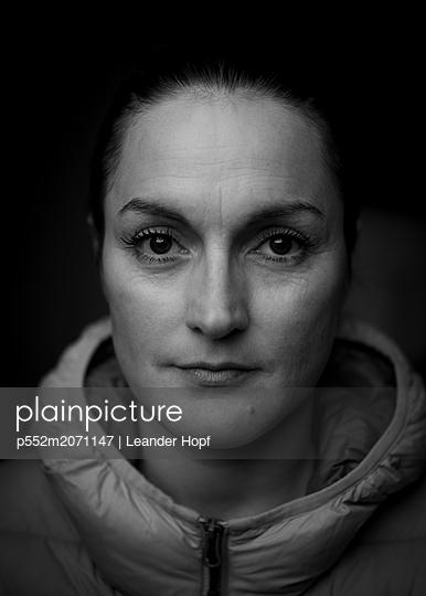 Frau, Portrait - p552m2071147 von Leander Hopf
