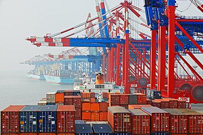 Containerschiff im Hafen - p1099m1515543 von Sabine Vielmo