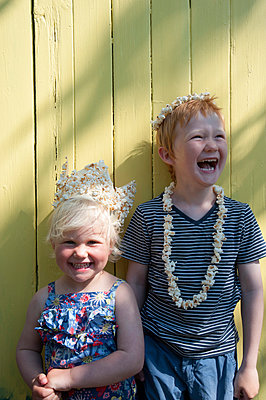 Children's birthday party with popcorn - p116m2099957 by Gianna Schade