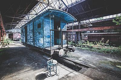 Blauer Wagon - p1512m2037948 von Katrin Frohns