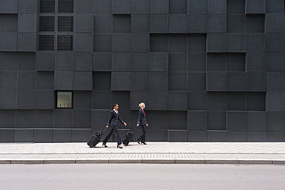 Norway, Oslo, Stewardesses walking with suitcases - p352m1349858 by Viktor Holm