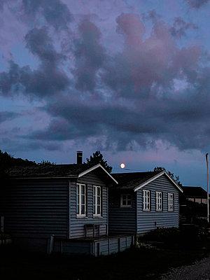 Mond über Ferienhäusern - p382m2283975 von Anna Matzen