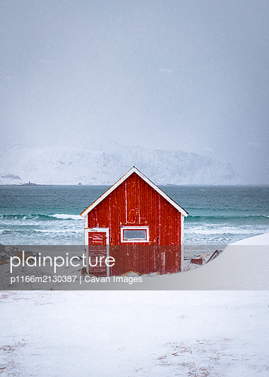 Red house in Stunning Norway - p1166m2130387 by Cavan Images