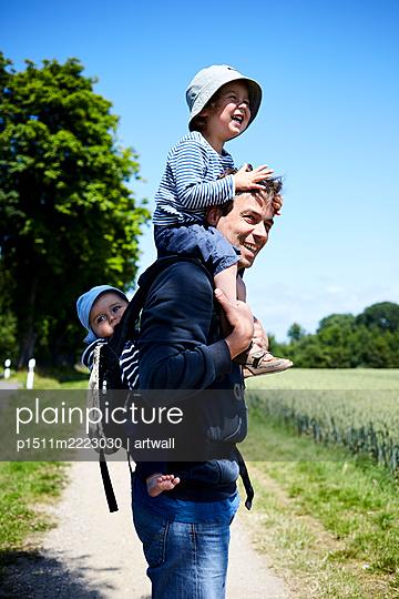 Vater mit Kindern Huckepack - p1511m2223030 von artwall