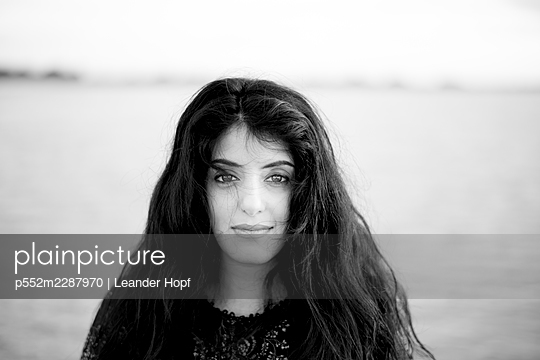 Portrait of black-haired woman - p552m2287970 by Leander Hopf