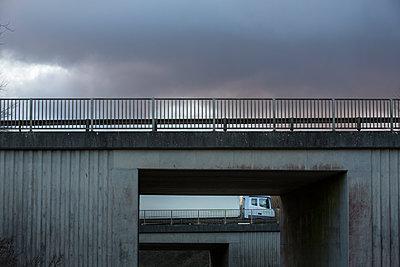 LKW überquert eine Brücke - p1057m1503174 von Stephen Shepherd