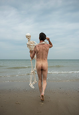 Man and a skeleton - p1132m1486836 by Mischa Keijser